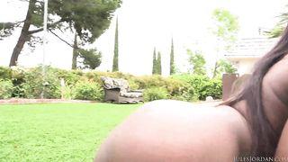 Ebony Noemie Bilas bekommt ihre schwarze Beute von weißem Schrott klafft